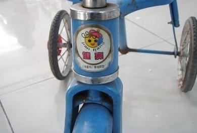 导读:这款儿童三轮脚踏车造型别致,色彩鲜艳,能很好的吸引宝宝的眼球!